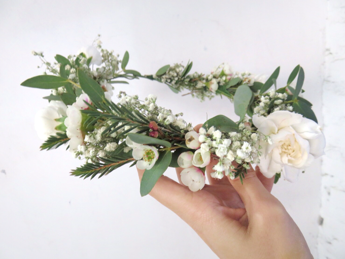 Hair piece in greenery white by Royal Petals - 003
