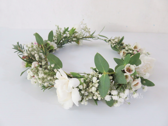 Hair piece in greenery white by Royal Petals - 004