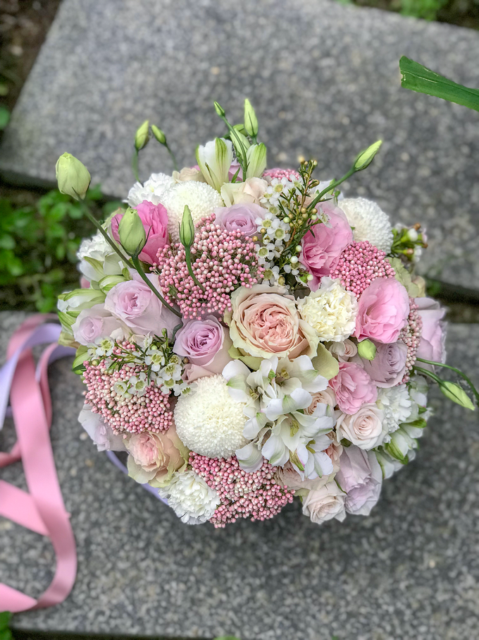 Pink and white for a pre-wedding shoot  by Florals Actually - 002
