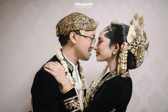 Pernikahan adat jawa dengan nuansa hijau di dalam ballroom by Imagenic - 035