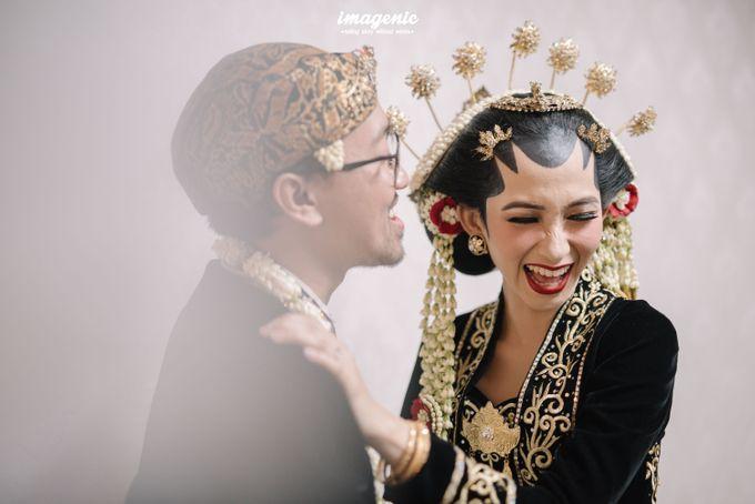 Pernikahan adat jawa dengan nuansa hijau di dalam ballroom by Imagenic - 037