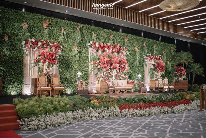 Pernikahan adat jawa dengan nuansa hijau di dalam ballroom by Imagenic - 038
