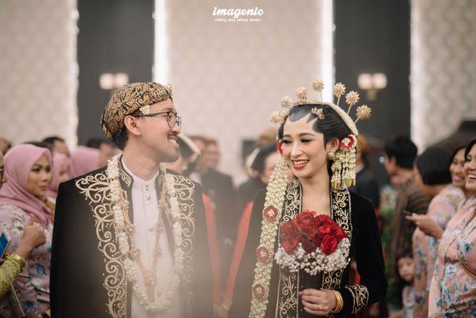 Pernikahan adat jawa dengan nuansa hijau di dalam ballroom by Imagenic - 041