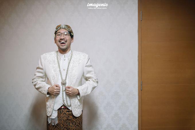 Pernikahan adat jawa dengan nuansa hijau di dalam ballroom by Imagenic - 007
