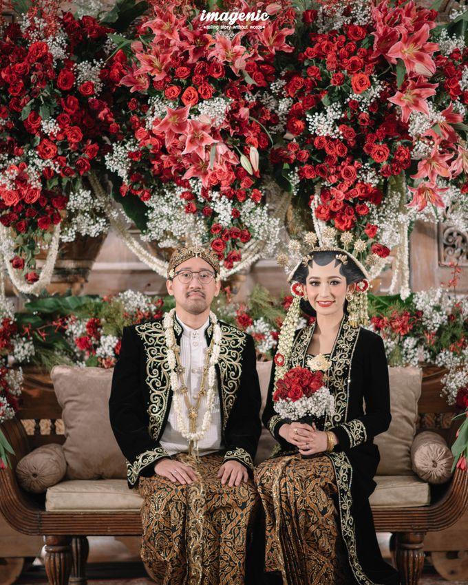 Pernikahan adat jawa dengan nuansa hijau di dalam ballroom by Imagenic - 042