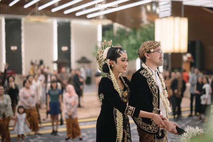 Pernikahan adat jawa dengan nuansa hijau di dalam ballroom by Imagenic - 045