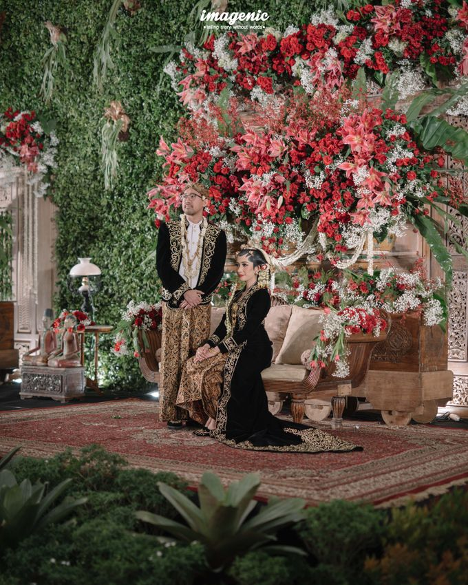 Pernikahan adat jawa dengan nuansa hijau di dalam ballroom by Imagenic - 048