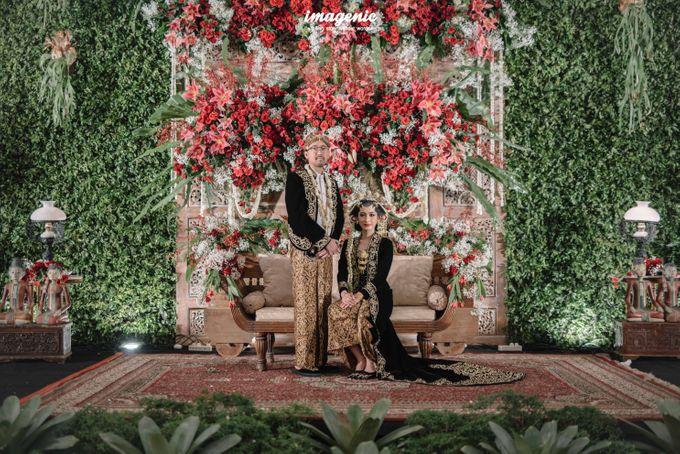 Pernikahan adat jawa dengan nuansa hijau di dalam ballroom by Imagenic - 049