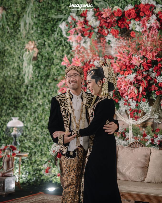 Pernikahan adat jawa dengan nuansa hijau di dalam ballroom by Imagenic - 050