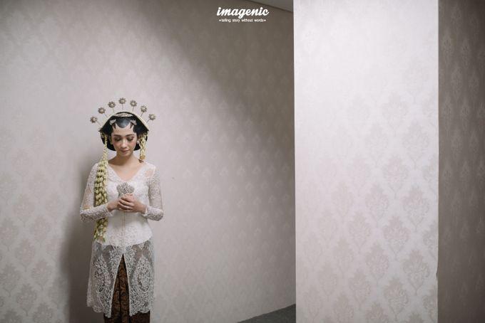 Pernikahan adat jawa dengan nuansa hijau di dalam ballroom by Imagenic - 013
