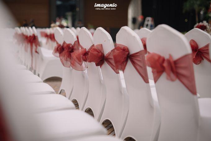Pernikahan adat jawa dengan nuansa hijau di dalam ballroom by Imagenic - 014