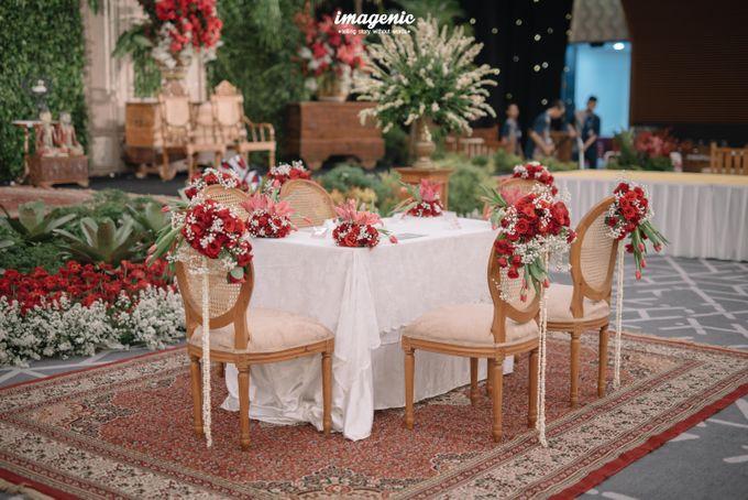Pernikahan adat jawa dengan nuansa hijau di dalam ballroom by Imagenic - 015