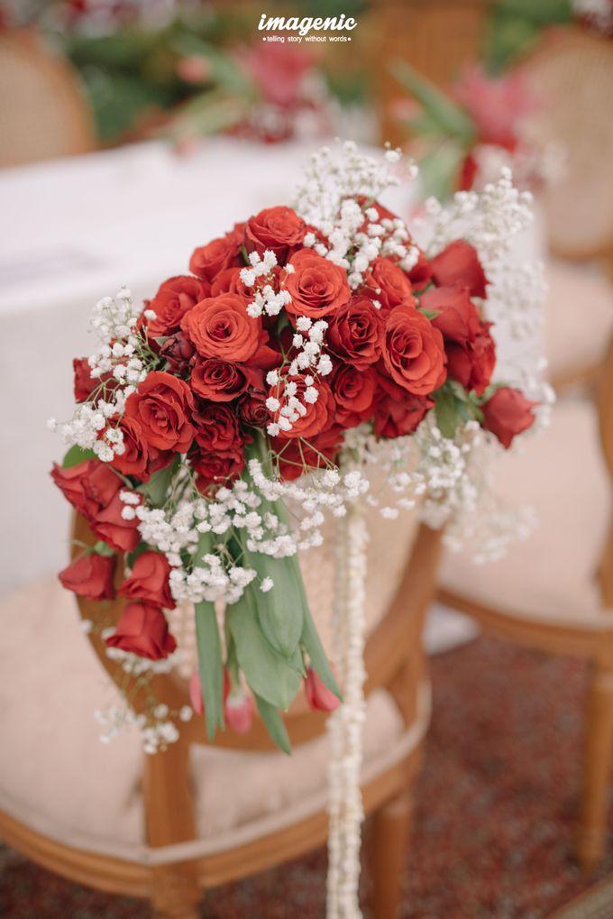 Pernikahan adat jawa dengan nuansa hijau di dalam ballroom by Imagenic - 016