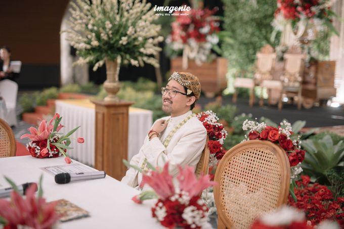 Pernikahan adat jawa dengan nuansa hijau di dalam ballroom by Imagenic - 017