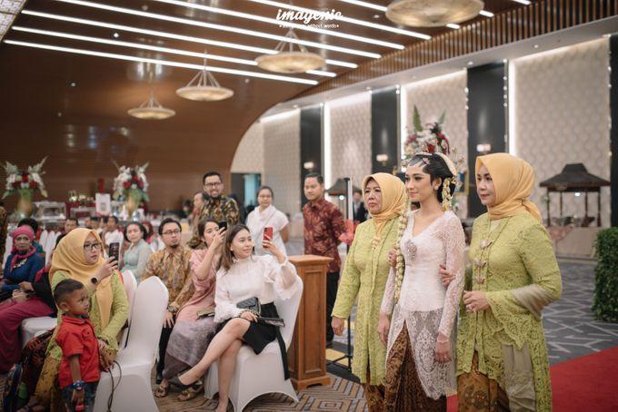 Pernikahan adat jawa dengan nuansa hijau di dalam ballroom by Imagenic - 018