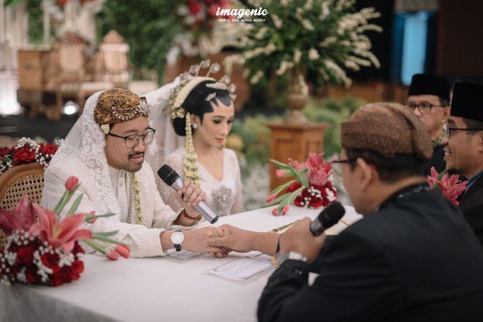 Pernikahan adat jawa dengan nuansa hijau di dalam ballroom by Imagenic - 020