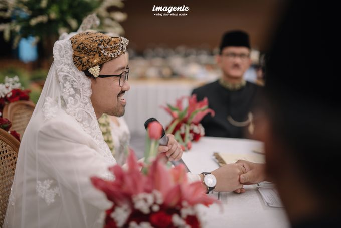 Pernikahan adat jawa dengan nuansa hijau di dalam ballroom by Imagenic - 021