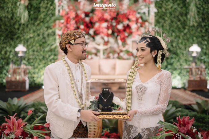 Pernikahan adat jawa dengan nuansa hijau di dalam ballroom by Imagenic - 022