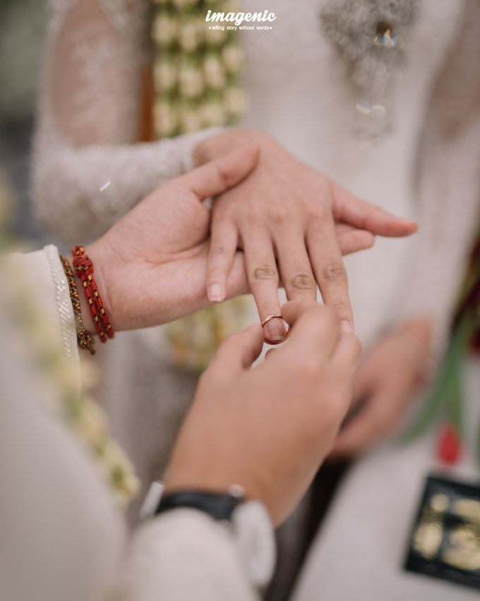 Pernikahan adat jawa dengan nuansa hijau di dalam ballroom by Imagenic - 023