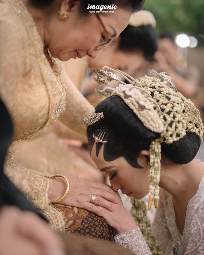 Pernikahan adat jawa dengan nuansa hijau di dalam ballroom by Imagenic - 028
