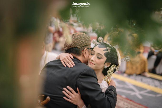 Pernikahan adat jawa dengan nuansa hijau di dalam ballroom by Imagenic - 030