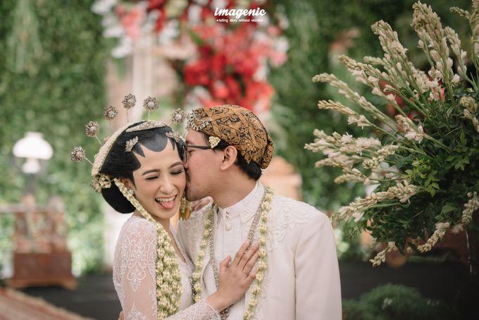 Pernikahan adat jawa dengan nuansa hijau di dalam ballroom by Imagenic - 032