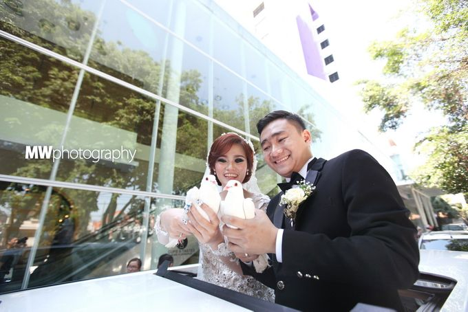Beautiful Wedding at Mercure Hotel Surabaya by Five Stars Wedding Organizer by GOTAN Dance Project - 009