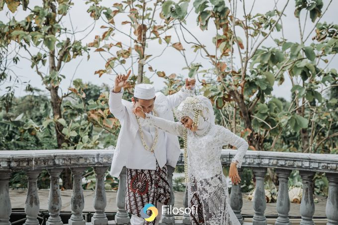 Menikah di kala pandemi tetep bisa memorable kok. Acara kali ini yaitu acara akad nikah , Temu manten dan dilanjutkan sesi foto. semuanya serba minima by Filosofi Photowork - 033