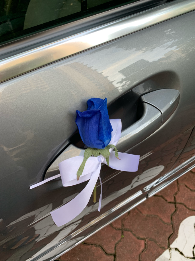 Royal blue and white bridal car by ilmare Wedding - 005