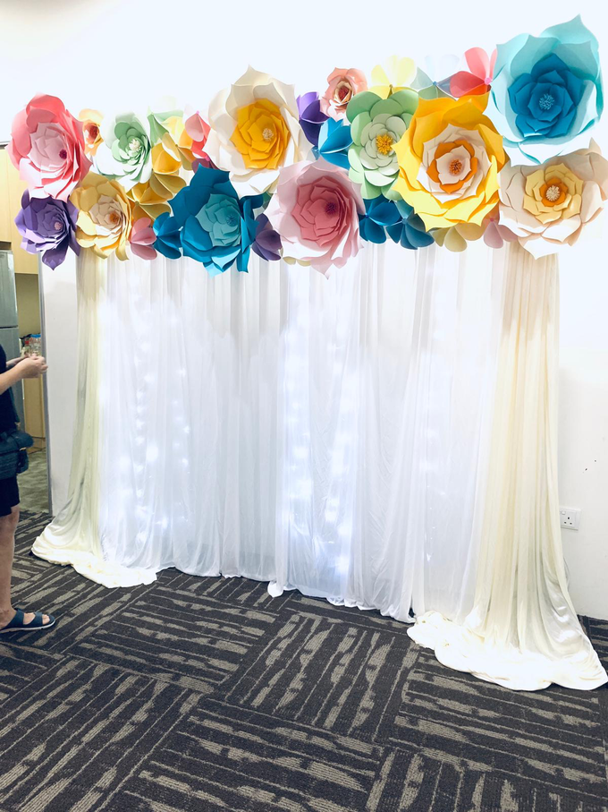 Paper flowers backdrop photo booth by ilmare Wedding - 001