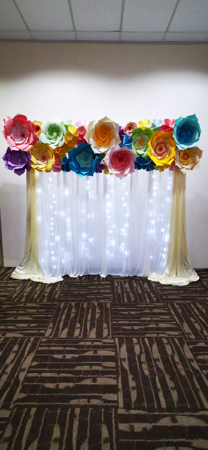 Paper flowers backdrop photo booth by ilmare Wedding - 004