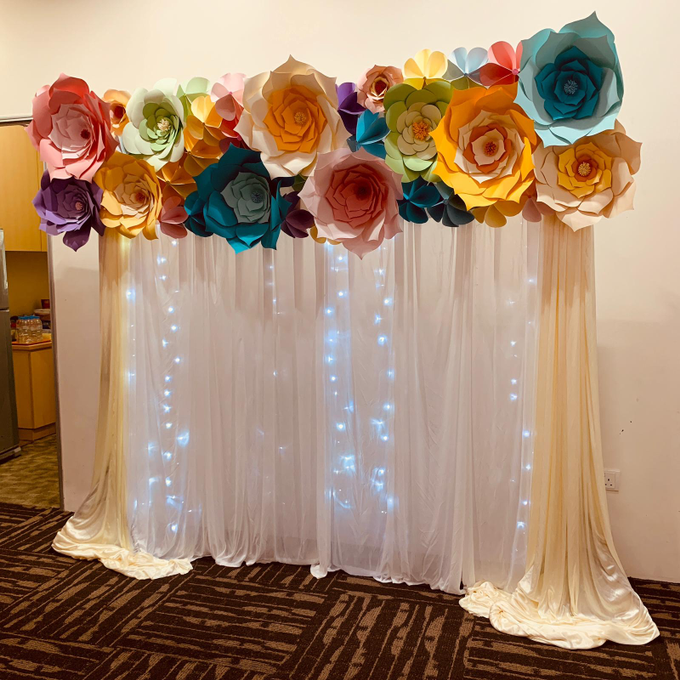 Paper flowers backdrop photo booth by ilmare Wedding - 003