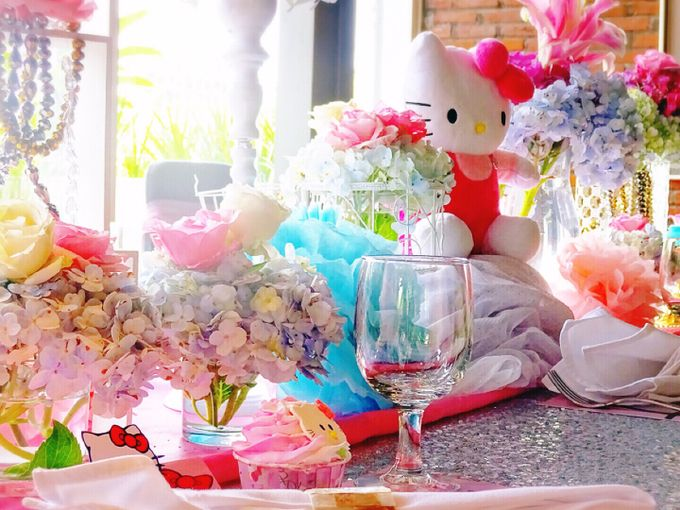 Welcome to hello kitty world by Valexis Table Design - 010