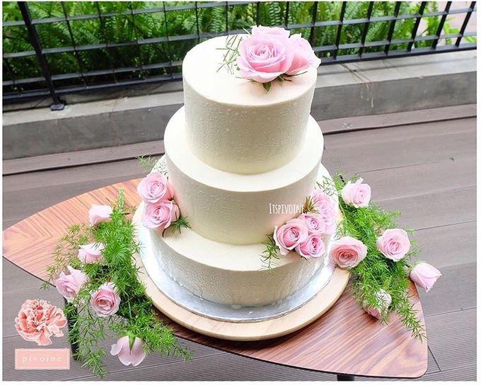 Wedding cake flower decor by Pivoine Flower Shop - 003