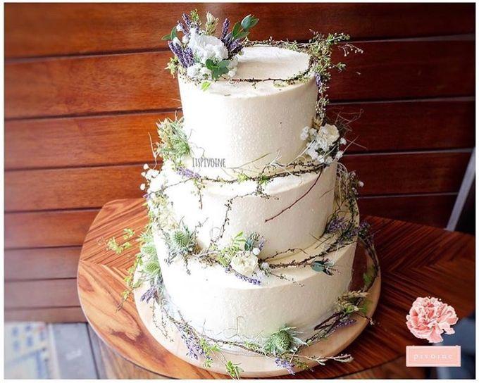 Wedding cake flower decor by Pivoine Flower Shop - 005