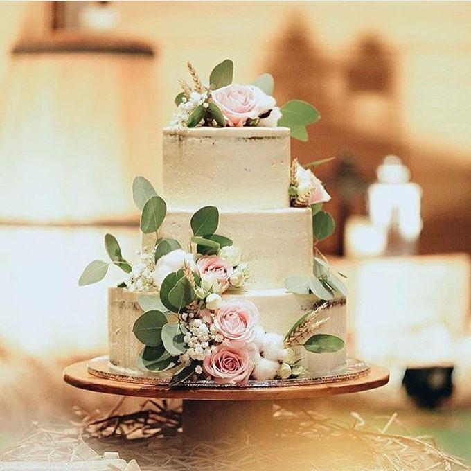 Wedding cake flower decor by Pivoine Flower Shop - 002