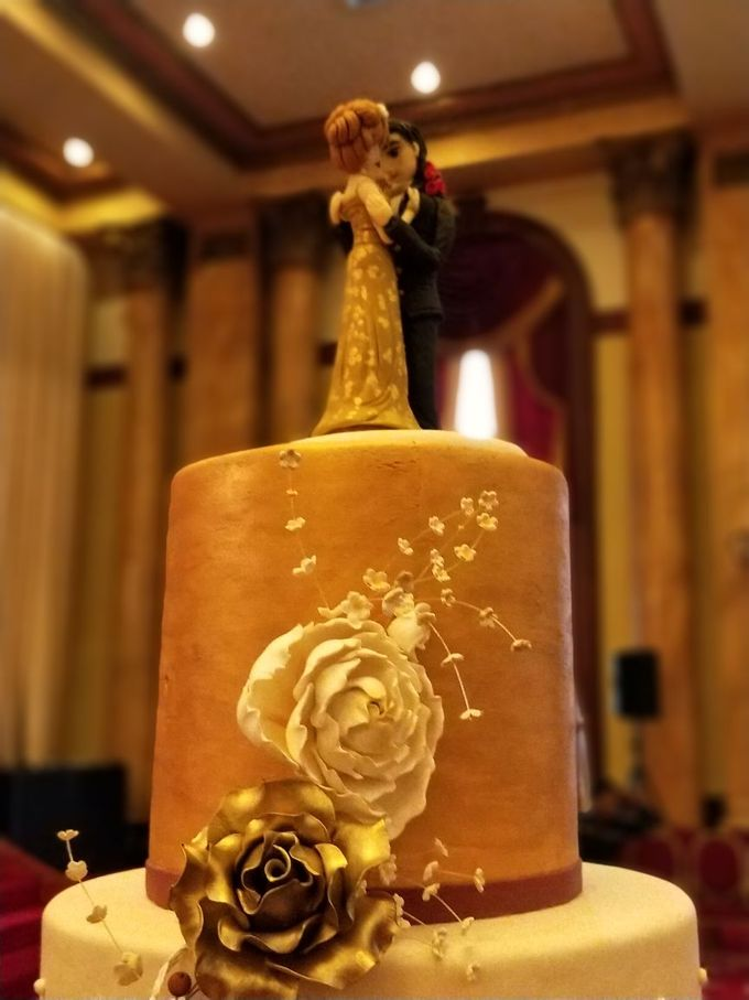 Golden Royalty Cake by Cakes 'n' Bakes - 001