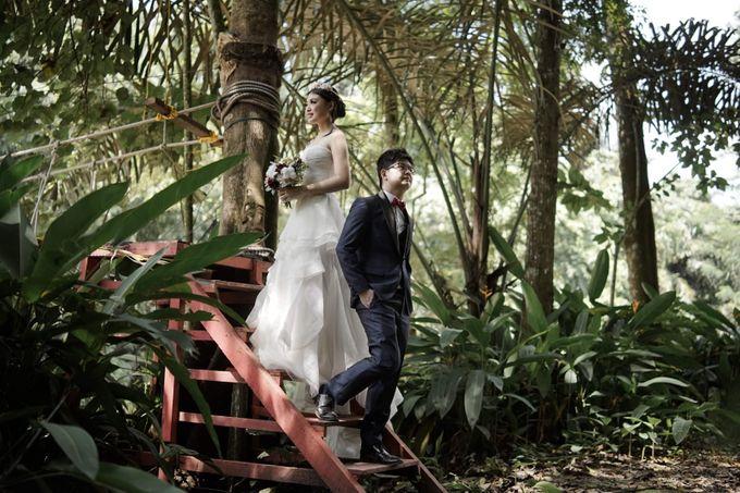 Pre-Wedding Shoot Hand Bouquet by Dorcas Floral - 001