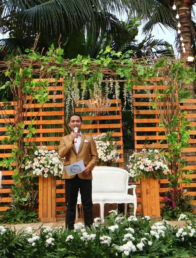 MC at fabulous wedding with outdoor garden concept by MC Wedding Banna - 001