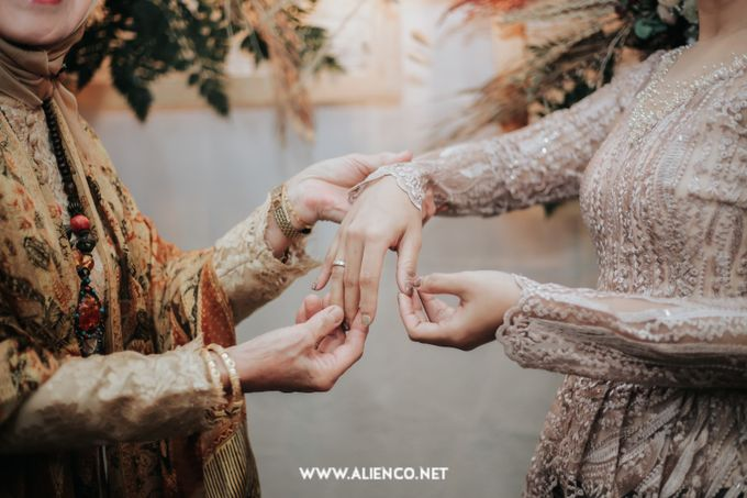 The Engagement of Andari & Fatahillah by alienco photography - 006
