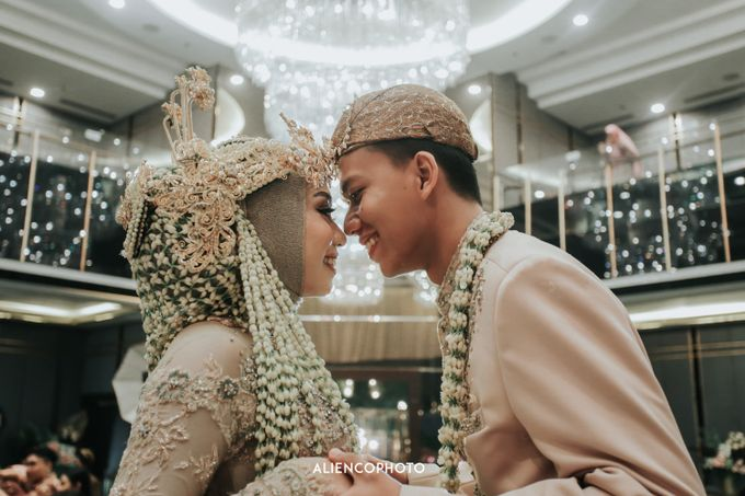 GKM GREEN TOWER WEDDING OF DESTY & RAMA by alienco photography - 034