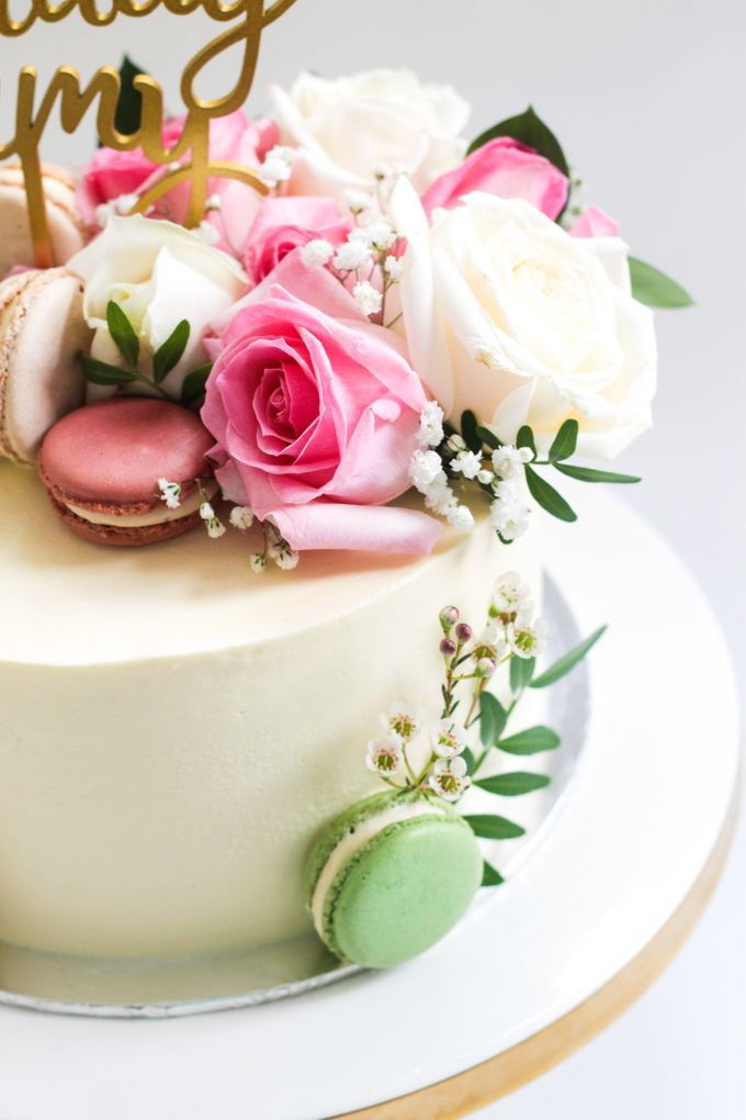 Party Cake Frosted Cake With Macarons And Flowers By Lareia Cake Co Bridestory Com