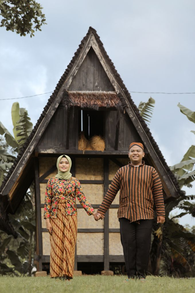 Traditional Jawa prewedding concept by Meemotret - 003