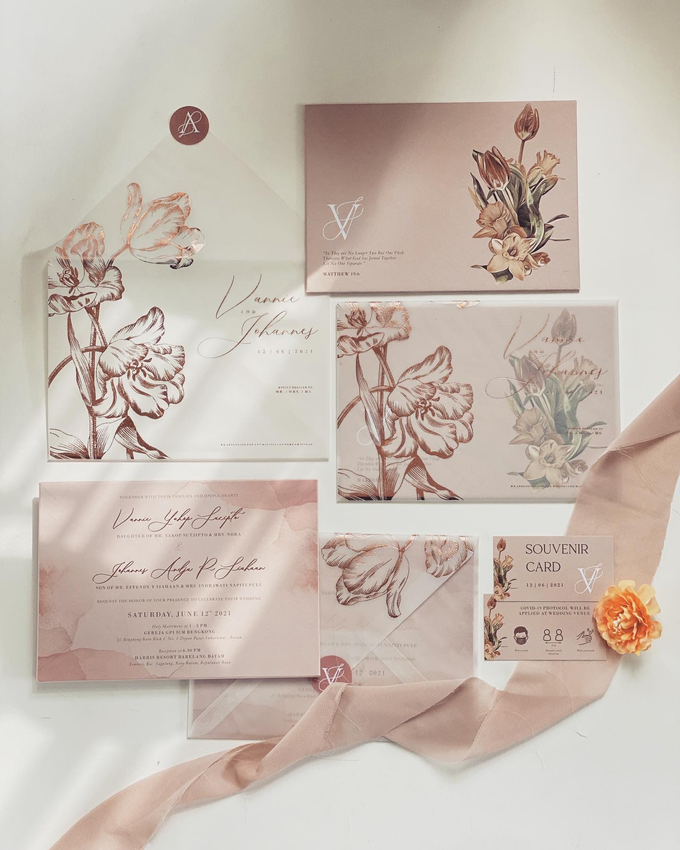 Vellum and rosegold foil invitation by Invitation Papermint - 001