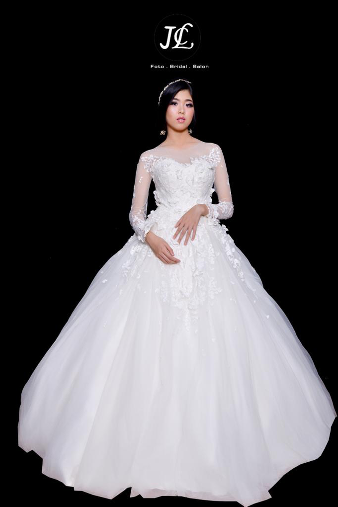 WEDDING GOWN XXXVIII by JCL FOTO BRIDAL SALON - 001