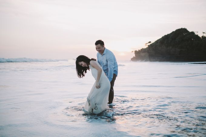 Graceful Beach and Mountain Prewedding in Bali by Fiume dress rental & collection - 030