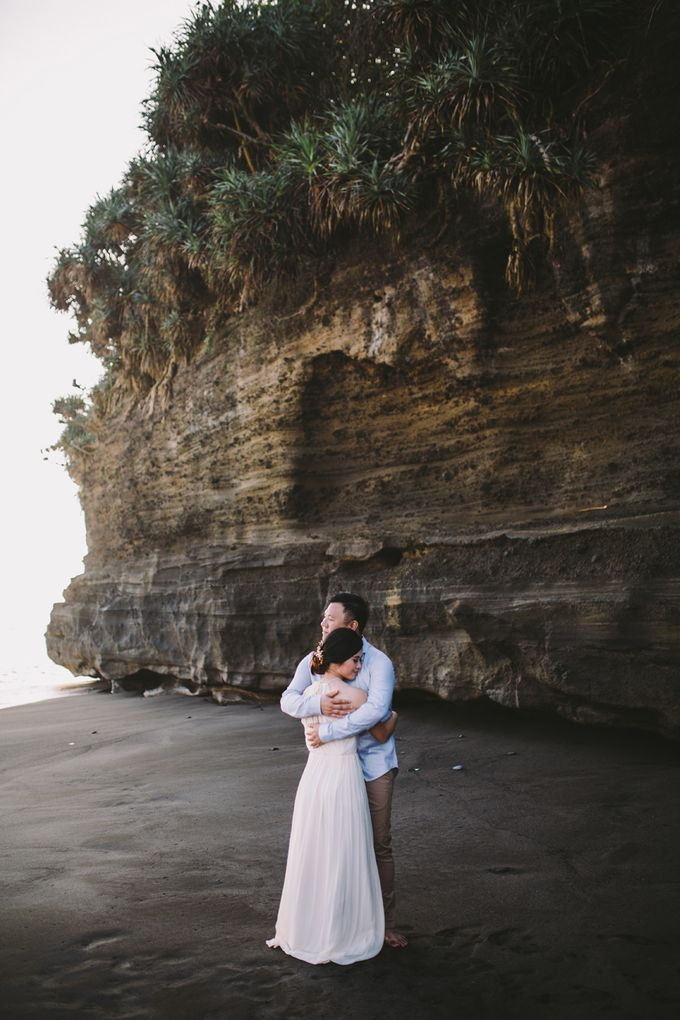 Graceful Beach and Mountain Prewedding in Bali by Fiume dress rental & collection - 007