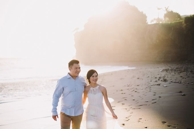 Graceful Beach and Mountain Prewedding in Bali by Fiume dress rental & collection - 010