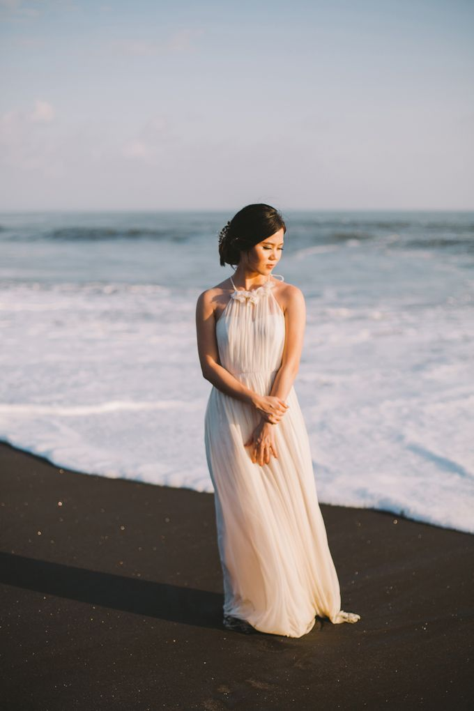Graceful Beach and Mountain Prewedding in Bali by Fiume dress rental & collection - 011