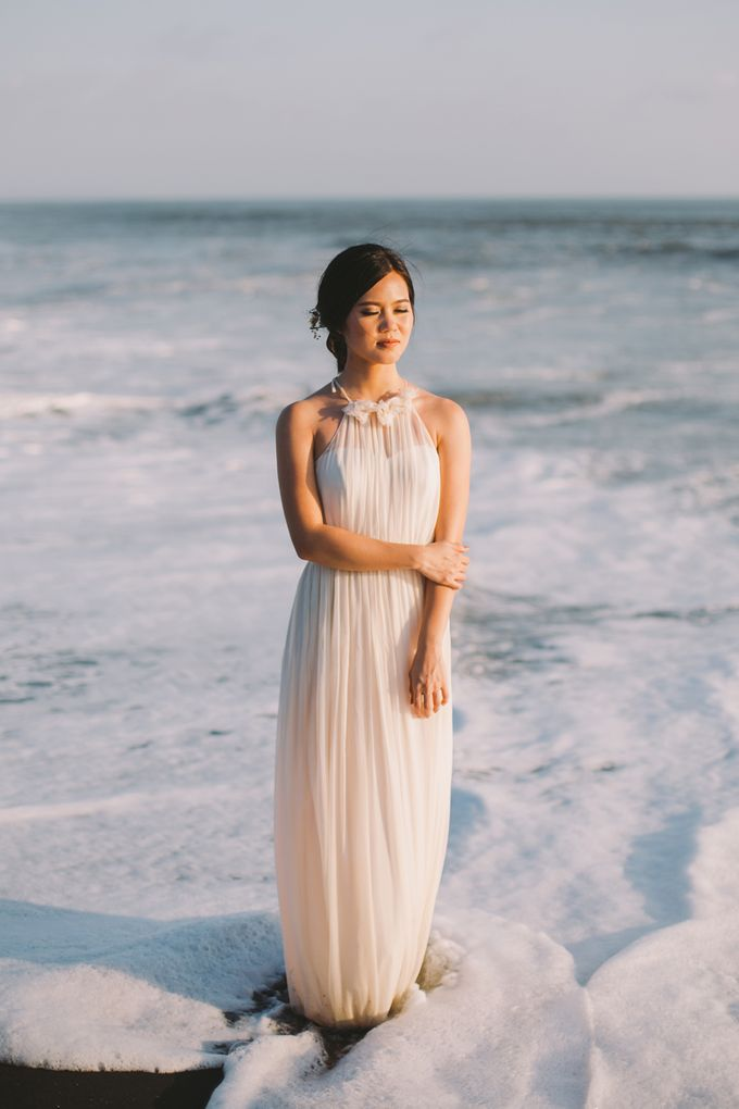 Graceful Beach and Mountain Prewedding in Bali by Fiume dress rental & collection - 012